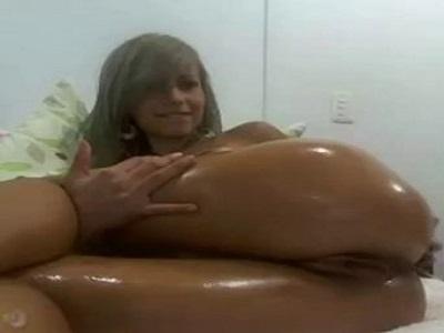 Amadoras porno loirinha na webcam passando óleo em seu corpo gostoso