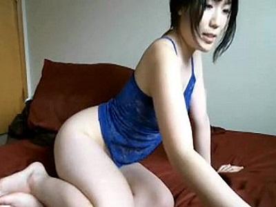 Asiatica ninfetinha se exibindo na webcam