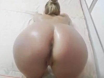 Porno anal online com loira gostosa do rabo lisinho de quatro