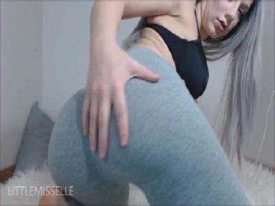 Loira amadora muito gostosa dando show em sua webcam